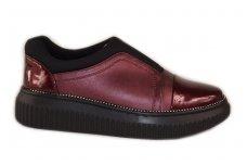 Bordo lakuotu priekiu įkišami storu padu papuošti akutėmis moteriški laisvalaikio batai