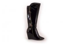 """Juodi blizgantys su """"auksiniu"""" užtrauktuku paaukšinta pakulne smailūs stilingi ilgi moteriški batai su kailiu"""