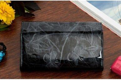 Juoda lakuota J.Rosso moteriška piniginė papuošta drugelių reljefiniu piešiniu 7202 2