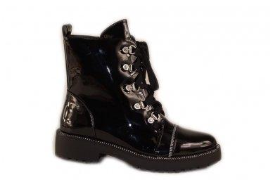 Juodi lakuoti suvarstomi su užtrauktuku šone storu padu papuošti akutėmis moteriški batai su pašiltinimu